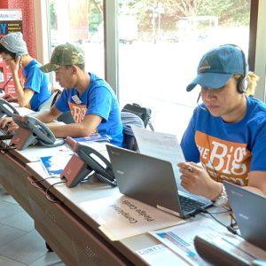 Dialing it in at the phone bank | Marcando en el banco telefónico.
