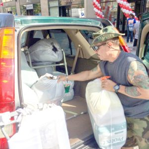 Residents dropped off goods throughout the day | Los residentes dejaron artículos durante todo el día