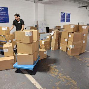 Los voluntarios clasificaron los productos en el muelle de carga.